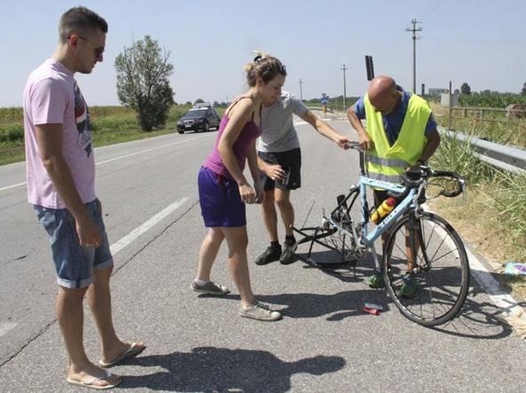 Pirata investe 15 ciclisti, preso dai Cc
